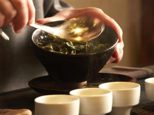 Čajový obřad v misce